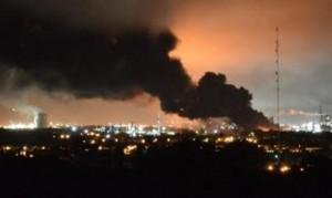 Una densa columna de humo se observaba esta madrugada que salía de la destilería que YPF tiene en la ciudad de Ensenada. (Foto Télam/InfoGEI)