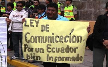 ecuador_pancarta_ley-comunicacion