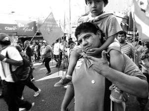 Marcha de sectores populares en Argentina.