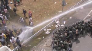 Gendarmería reprime a los trabajadores de Cresta Roja.