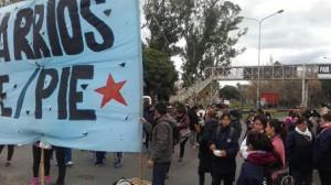 Barrios de Pie en el acceso de la Autopista Buenos Aires - La Plata realizan jornada de corte con Olla Popular
