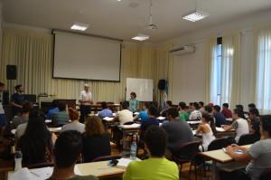 El decano de Ingeniería, Marcos Actis, junto a la profesora titular de la cátedra de Ingreso, Rossana Di Domenicantonio, vienen recorriendo las comisiones.