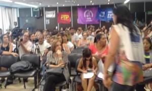 auditorio lleno en conferencia por violencia