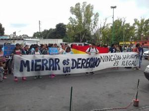 La movilización a las afueras de Migraciones de calle 1 y 44, La Plata.